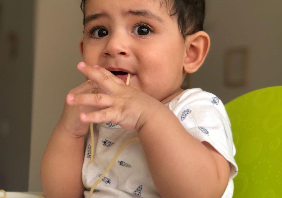 ¿Puedo hacer BLW si mi bebé aún no se sienta?